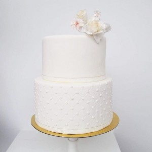 Simple white color wedding cake
